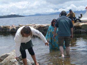 Bautismo en las aguas del Lago Titicaca
