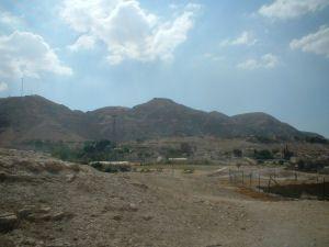 Vista del Monte de la Tentacion desde el oasis de Jerico